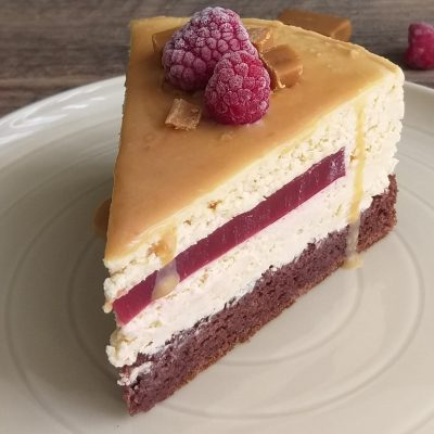 Karamelno malinova torta recept slika naslovna