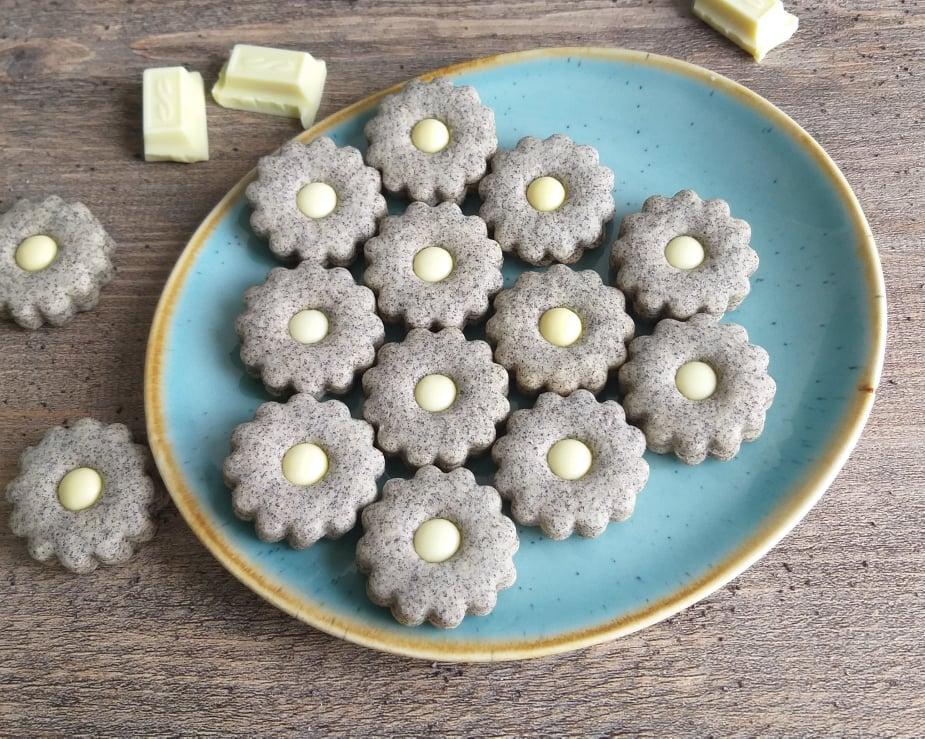 Makovi piškoti z belo čokolado slika recept zgoraj