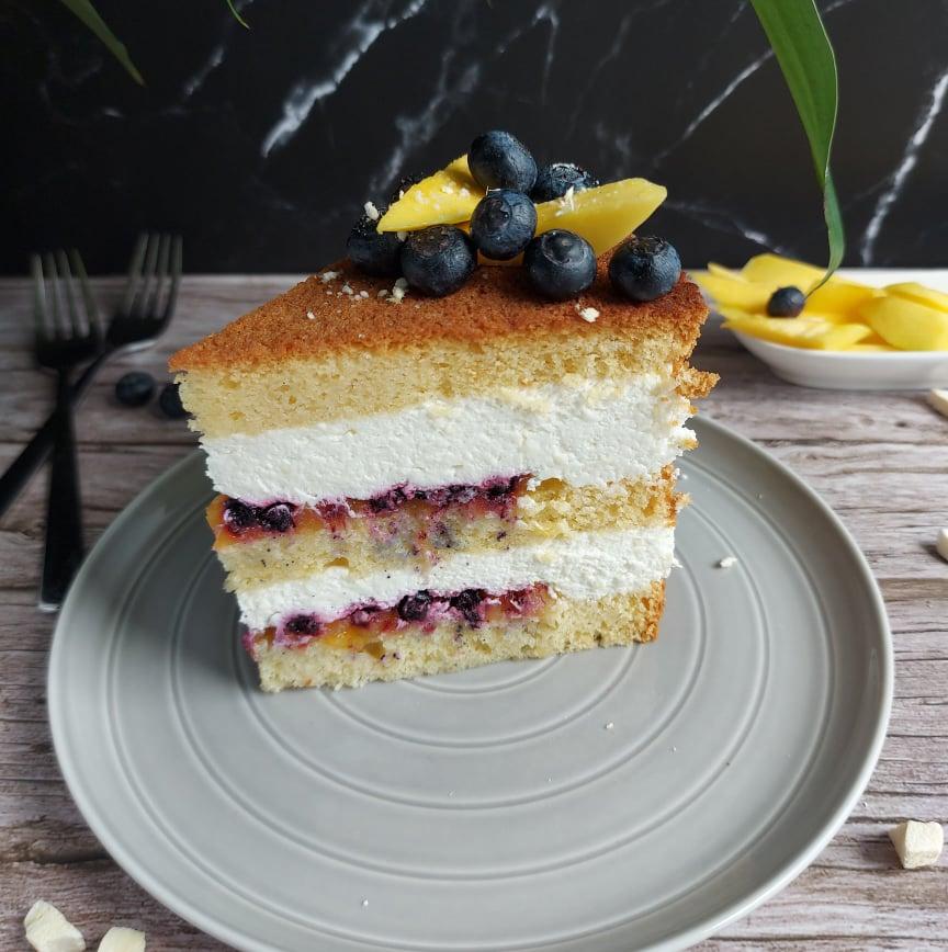 Torta z mangom, borovnicami, grškim jogurtom in belo čokolado